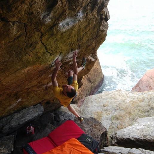 Nacho Sanchez climbs Cthulhu 8C at Arnao