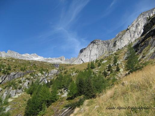 Val Qualido e la stalla ovale, uno dei più strabilianti manufatti delle Alpi. Di Giuseppe Popi Miotti