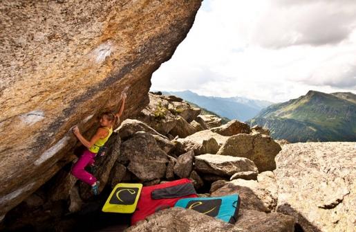 Angela Eiter boulders hard in Silvretta