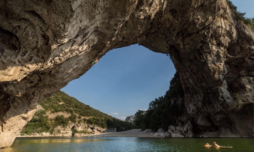 Chris Sharma e Pont d'Arc, enorme Deep Water Solo in Francia