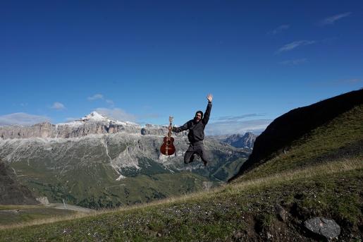 Mosè Morsut, chitarra e zaino in spalla attraverso le Alpi