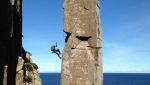 Paul Pritchard in vetta al 'suo' Totem Pole in Tasmania